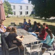Schüler im Innenhof